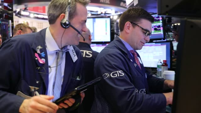 traders and employees of sunlands online education gather on the floor of the new york stock exchange during the beijing-based firms ipo on march 23,... - 関税点の映像素材/bロール