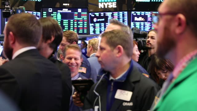 traders and employees of sunlands online education gather on the floor of the new york stock exchange during the beijingbased firms ipo on march 23... - market trader stock videos & royalty-free footage