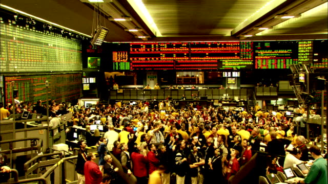 vidéos et rushes de traders conduct business on the floor of the chicago mercantile exchange. available in hd. - échange commercial