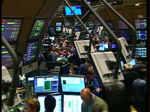 traders crowd the floor of the new york stock exchange - business or economy or employment and labor or financial market or finance or agriculture stock-videos und b-roll-filmmaterial