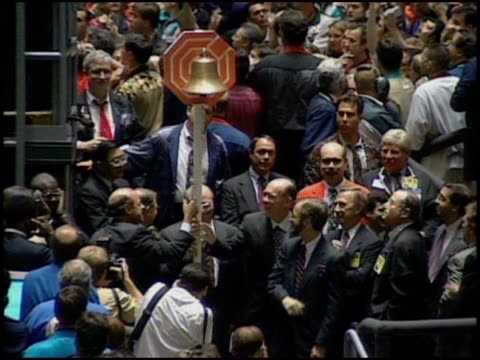 vidéos et rushes de traders ring the opening bell at the chicago mercantile exchange. - trader