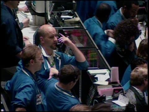 vídeos y material grabado en eventos de stock de traders work on sales at the chicago board of trade. - negociador bursátil