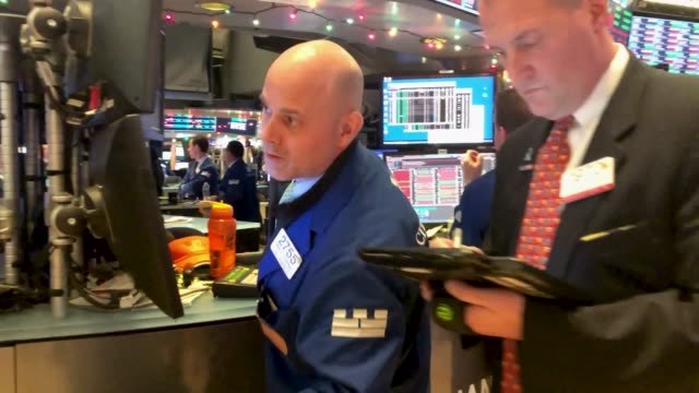 traders work on the floor of the new york stock exchange after the federal reserve board chairman jerome powell held a news conference on december 19... - 中央銀行点の映像素材/bロール