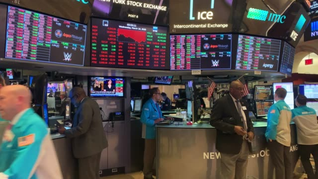 vidéos et rushes de traders work on the floor of the new york stock exchange as the nation shuts down due to the coronavirus and its disruptions of life in america. - wall street