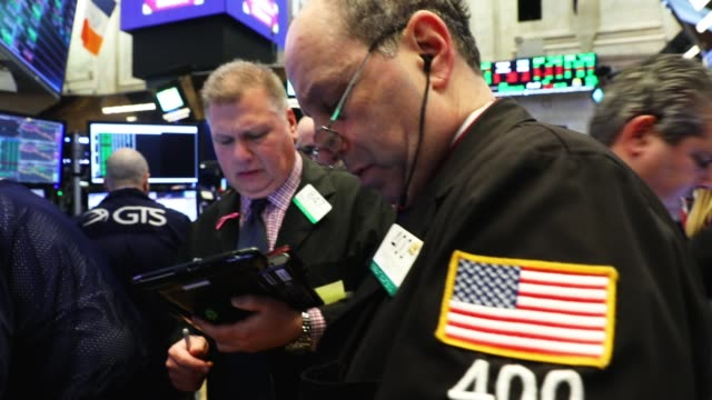 vídeos y material grabado en eventos de stock de traders work on the floor of the new york stock exchange friday morning on february 9 2018 in new york city following a drop in the dow jones... - traje completo