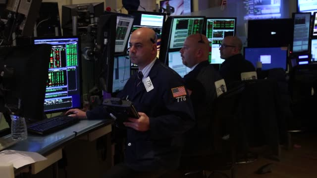 traders work on the floor of the new york stock exchange in new york u s on tuesday march 11 wide shot of barclays traders looking at trading... - agente di cambio video stock e b–roll