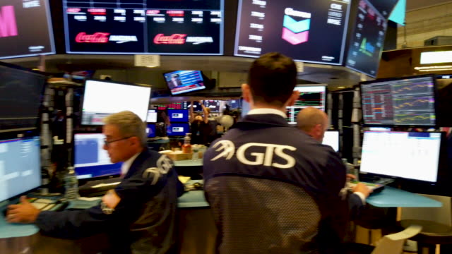 vídeos de stock, filmes e b-roll de traders work on the floor of the new york stock exchange on august 05 2019 in new york city the dow fell over 700 points on monday over fears of a... - wall street