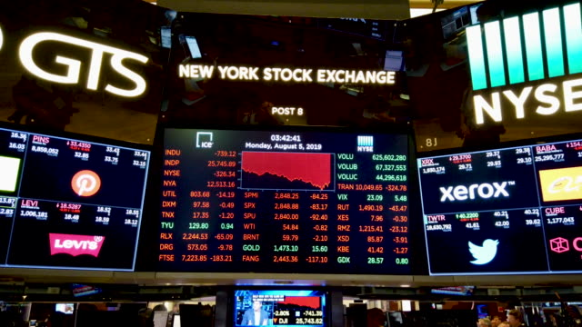 traders work on the floor of the new york stock exchange on august 05 2019 in new york city the dow fell over 700 points on monday over fears of a... - new york stock exchange stock videos & royalty-free footage