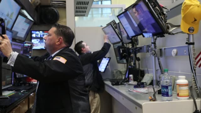 traders work on the floor of the new york stock exchange on february 6 2018 in new york city following monday's over 1000 point drop the dow jones... - agente di cambio video stock e b–roll