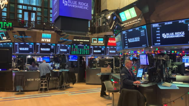 traders work on the floor of the new york stock exchange on january 02, 2020 in new york city. markets were up globally on the first day of trading... - trading stock videos & royalty-free footage