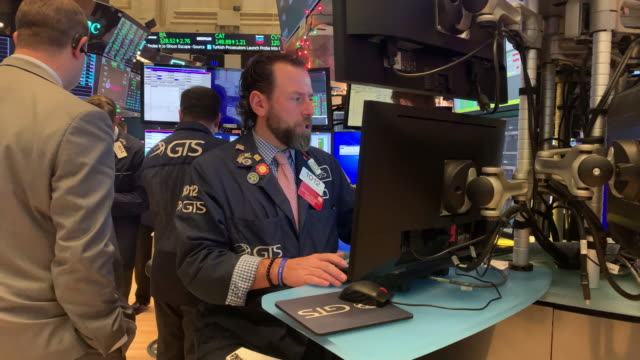 traders work on the floor of the new york stock exchange on january 02, 2020 in new york city. markets were up globally on the first day of trading... - market trader stock videos & royalty-free footage