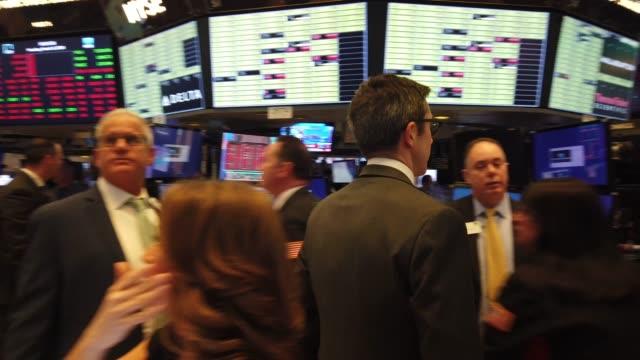 traders work on the floor of the new york stock exchange on march 09, 2020 in new york city. stocks fell sharply as fears grow across the world over... - idka handel bildbanksvideor och videomaterial från bakom kulisserna