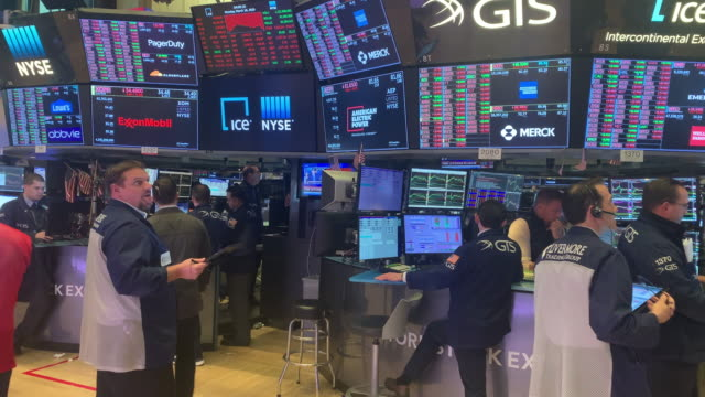traders work on the floor of the new york stock exchange on march 17, 2020 in new york city. the dow was up slightly in morning trading following a... - ニューヨーク証券取引所点の映像素材/bロール