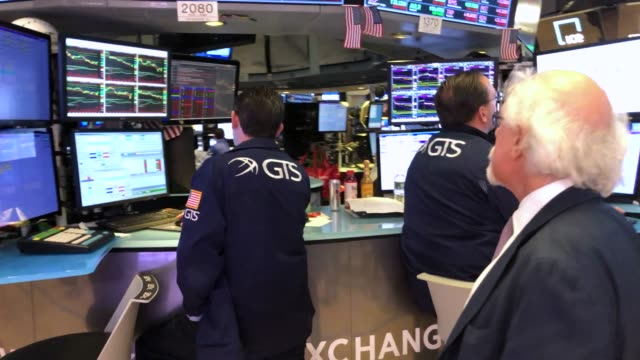 traders work on the floor of the new york stock exchange on may 07 2019 in new york city the dow fell over 450 points today as investors continue to... - new york stock exchange stock videos & royalty-free footage