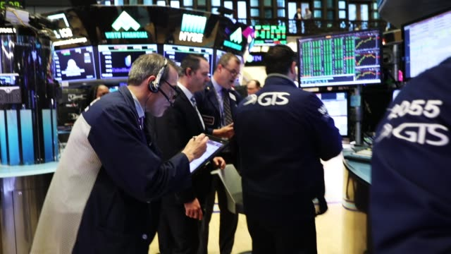 traders work on the floor of the new york stock exchange on may 30 2018 in new york city following yesterday's decline the dow jones industrial... - new york stock exchange bildbanksvideor och videomaterial från bakom kulisserna
