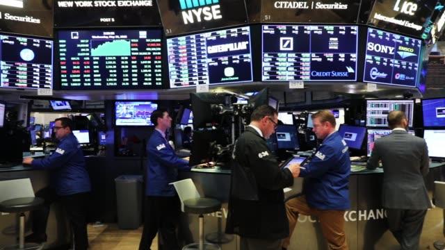 vídeos y material grabado en eventos de stock de traders work on the floor of the new york stock exchange on may 30 2018 in new york city following yesterday's decline the dow jones industrial... - bolsa de nueva york