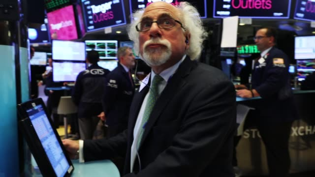 vidéos et rushes de traders work on the floor of the new york stock exchange on may 30 2018 in new york city following yesterday's decline the dow jones industrial... - bourse de new york
