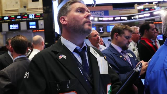 vídeos de stock e filmes b-roll de traders work on the floor of the new york stock exchange on october 7 2016 in new york city us stocks slipped friday following a weakerthanexpected... - negociante ocupação financeira