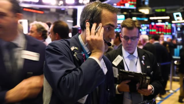vidéos et rushes de traders work on the floor of the new york stock exchange on october 10 2018 in new york city stocks fell sharply on wednesday following a decline in... - bourse de new york