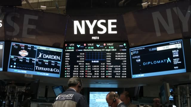 traders work on the floor of the new york stock exchange on october 15 2014 in new york city as fears from ebola and a global slowdown spread stocks... - new york stock exchange bildbanksvideor och videomaterial från bakom kulisserna