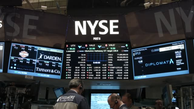 traders work on the floor of the new york stock exchange on october 15 2014 in new york city as fears from ebola and a global slowdown spread stocks... - handel treiben stock-videos und b-roll-filmmaterial