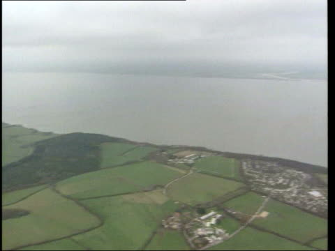 vídeos de stock e filmes b-roll de pyramid selling scheme lib england isle of wight isle seen from helicopter - pyramid