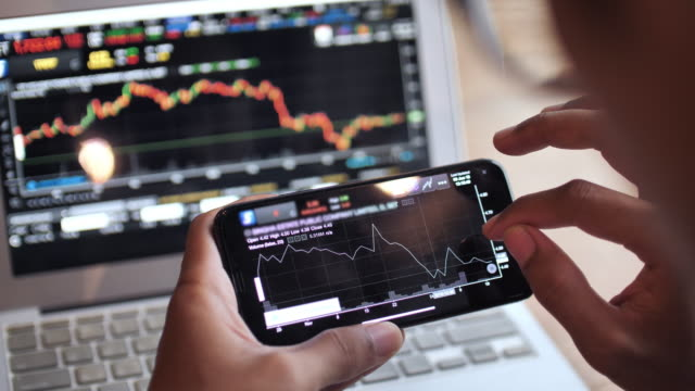 vídeos de stock e filmes b-roll de trading stock market on smart phone - competência