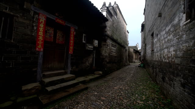 vidéos et rushes de fuzhou, china - may 29, 2017: traditional alley with buildings in liukeng village - plaque de montage fixe