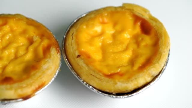 vídeos y material grabado en eventos de stock de huevo tartas asiática tradicional postre dulce pastel de crema - glaseado para postres
