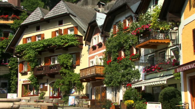 ms, zo, traditional austrian houses, village hallstatt, austria - kopfsteinpflaster stock-videos und b-roll-filmmaterial