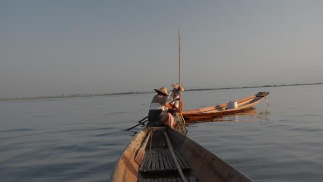 stockvideo's en b-roll-footage met traditional bamboo fisherman fishing on inle lake, burma - hoofddeksel