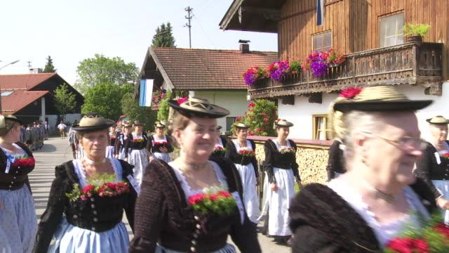vídeos y material grabado en eventos de stock de traditional bavarian costume parade - accesorio de cabeza