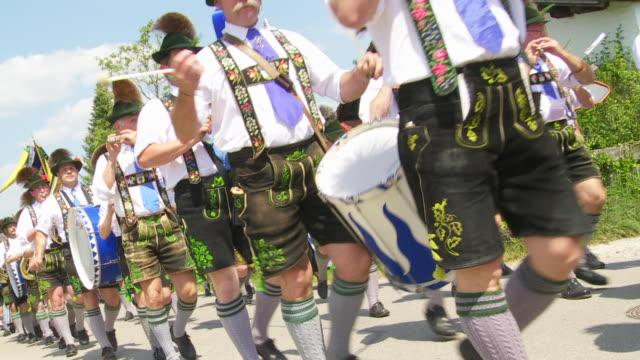 traditional bavarian costume parade - banda che marcia video stock e b–roll