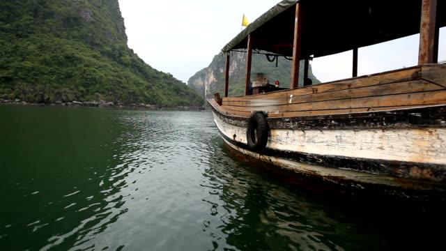 traditionelles boot an der berühmten halong bay in vietnam verankert - dschunke stock-videos und b-roll-filmmaterial