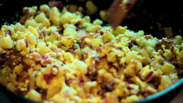 vídeos de stock, filmes e b-roll de café da manhã tradicional - ovo mexido
