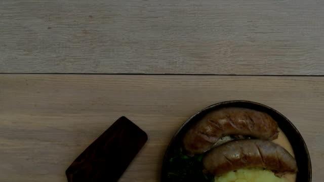 伝統的なイギリス料理。ソーセージとマッシュ ポテト - マッシュポテト点の映像素材/bロール
