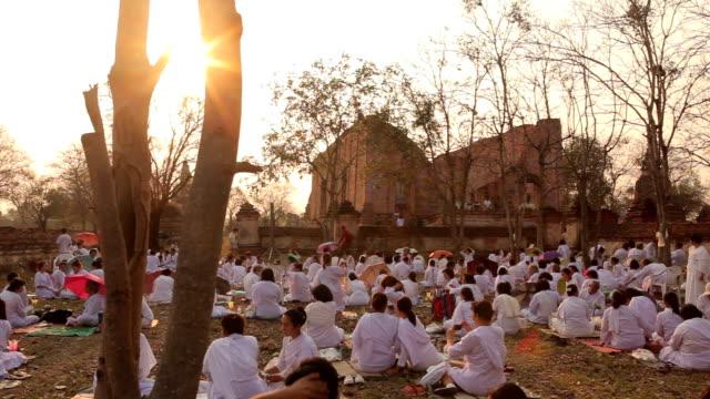 Traditionelle buddhistische Menschen Beleuchtung Kerzen für religiöse Feierlichkeiten