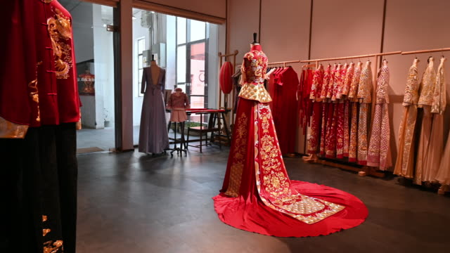 stockvideo's en b-roll-footage met traditionele chinese bruids jurk in design studio - etalage