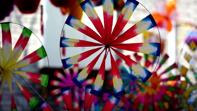 libro cinese tradizionale mulino a vento di filatura - girandola video stock e b–roll