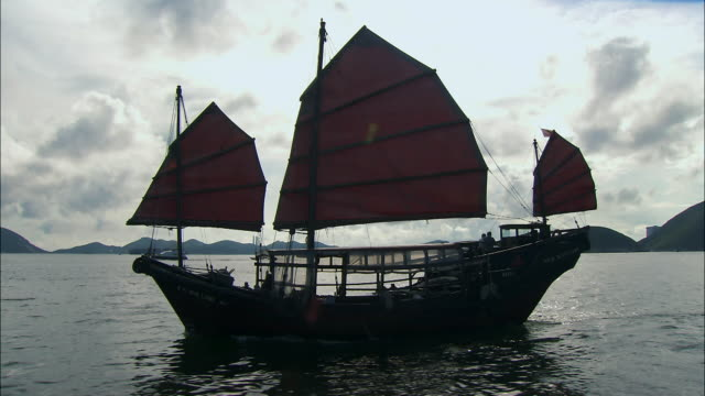 vidéos et rushes de traditional chinese ship on pearl river delta, china - jonque