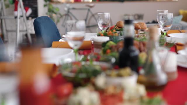 vídeos y material grabado en eventos de stock de cena de navidad tradicional - preparación de alimentos