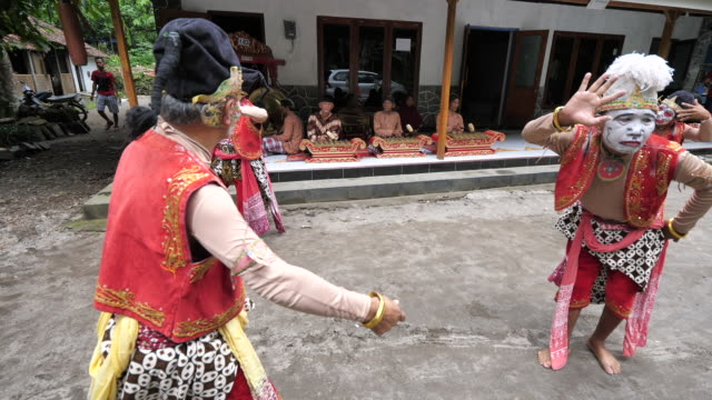 vídeos de stock e filmes b-roll de traditional dance and traditional music most popular and eagerly wait in yogyakarta and central java dance and traditional music famous because it is... - gamelão
