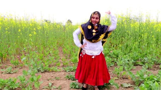traditioneller tanz in traditioneller kleidung im freien in der natur. - entwicklungsland stock-videos und b-roll-filmmaterial