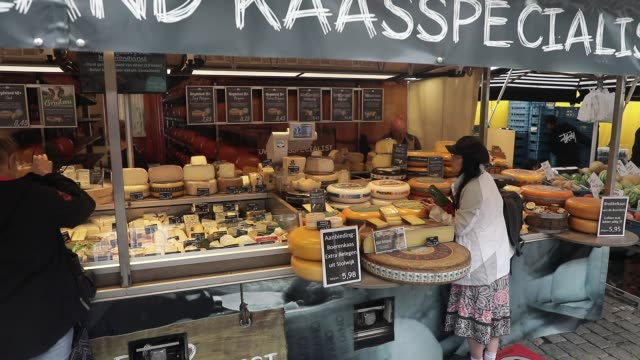 traditional dutch cheeses market stall at vismarkt square on july 11, 2020 in groningen, netherlands. groningen is a student city with almost one in... - sustainable tourism stock videos & royalty-free footage