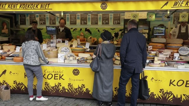 stockvideo's en b-roll-footage met traditional dutch cheeses market stall at vismarkt square on july 11, 2020 in groningen, netherlands. groningen is a student city with almost one in... - proeven