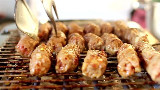 vídeos de stock e filmes b-roll de de churrasco comida tradicional oriental kebab-cevapcici - eastern european culture