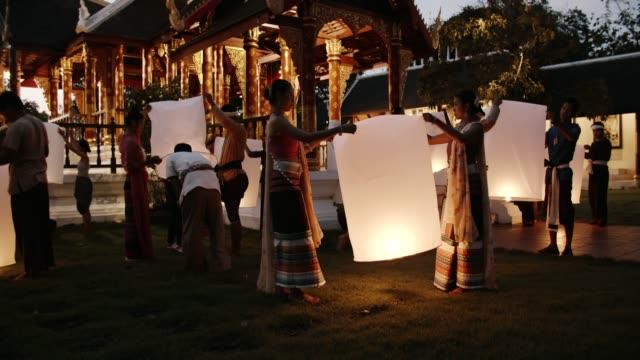 vídeos de stock e filmes b-roll de traditional festival : paper sky lantern - electric lamp