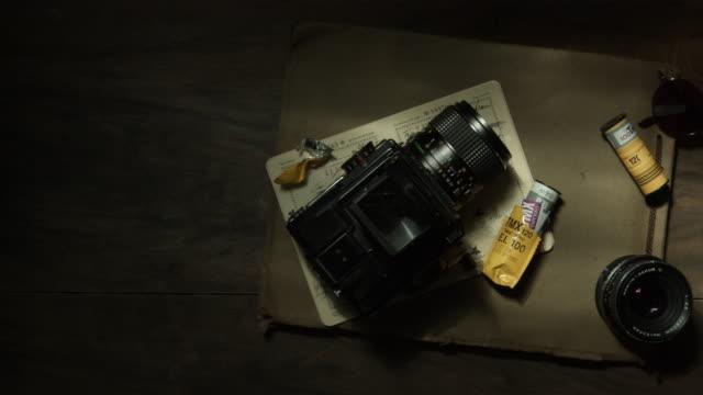 vídeos y material grabado en eventos de stock de traditional film camera - table top view