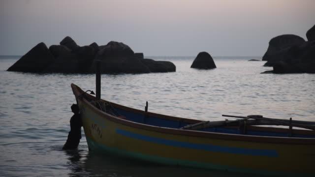 traditional fishermen bringing boats to shore - india - pushing stock videos & royalty-free footage