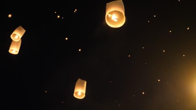 vídeos de stock e filmes b-roll de traditional flying lantern in yi peng festival, thailand - lanterna de papel
